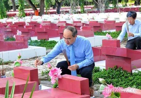 Doan Chu tich UBTU MTTQ VIet Nam dang huong tai nghia trang liet si tinh Binh Thuan - Anh 12