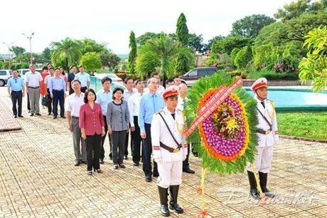Doan Chu tich UBTU MTTQ VIet Nam dang huong tai nghia trang liet si tinh Binh Thuan - Anh 1