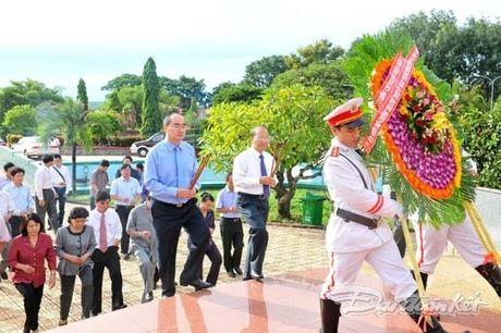 Doan Chu tich UBTU MTTQ VIet Nam dang huong tai nghia trang liet si tinh Binh Thuan - Anh 3