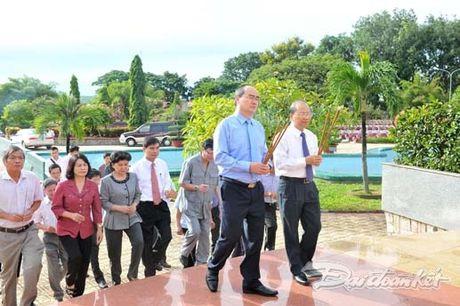 Doan Chu tich UBTU MTTQ VIet Nam dang huong tai nghia trang liet si tinh Binh Thuan - Anh 4