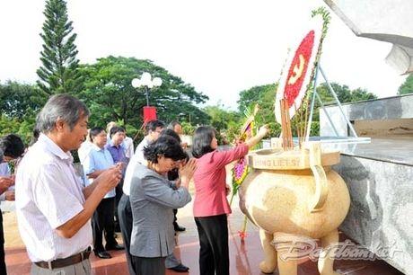 Doan Chu tich UBTU MTTQ VIet Nam dang huong tai nghia trang liet si tinh Binh Thuan - Anh 7