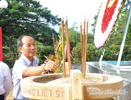 Doan Chu tich UBTU MTTQ VIet Nam dang huong tai nghia trang liet si tinh Binh Thuan - Anh 8