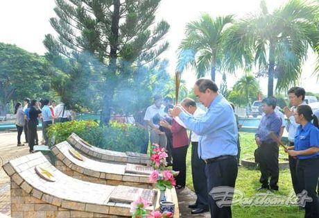 Doan Chu tich UBTU MTTQ VIet Nam dang huong tai nghia trang liet si tinh Binh Thuan - Anh 9