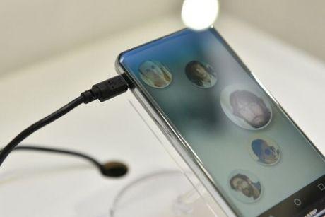 Smartphone man hinh cong, khong ban le tu Sharp - Anh 2