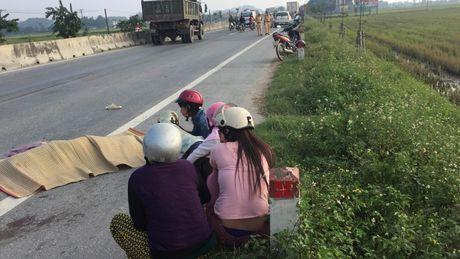 Bi xe container keo mot doan dai, nguoi dan ong tu vong - Anh 1