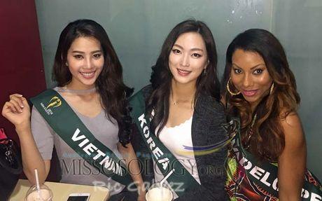 Nam Em cung cac hoa hau trong ngay hoat dong dau tien tai Miss Earth - Anh 1