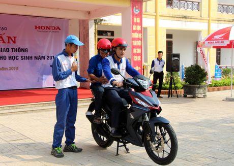 Nghe An: Hoc sinh THPT duoc huong dan ky nang lai xe mo to an toan - Anh 1