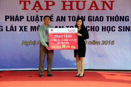 Nghe An: Hoc sinh THPT duoc huong dan ky nang lai xe mo to an toan - Anh 4