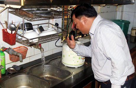 Hang chuc ho dan lao dao vi nuoc gieng nhiem xang dau - Anh 1