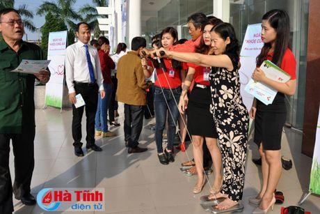 Hon 700 khach hang tham gia ngay hoi 'Khoe cung AIA' - Anh 3