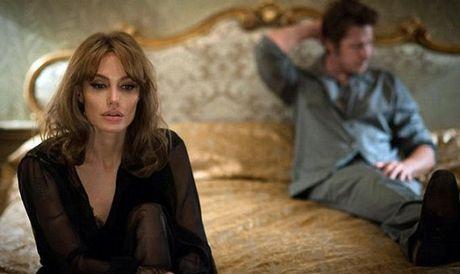 Jolie vat lon voi khung hoang thoi ky man kinh truoc khi ly hon - Anh 1