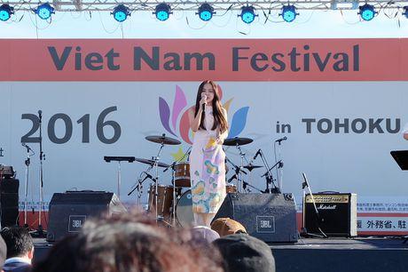 Em gai Phuong Linh dien ao dai gay an tuong tren dat Nhat - Anh 1