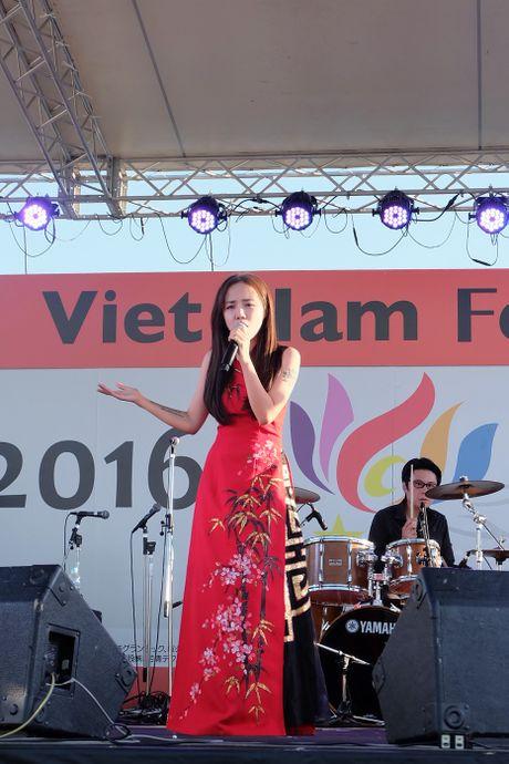 Em gai Phuong Linh dien ao dai gay an tuong tren dat Nhat - Anh 2