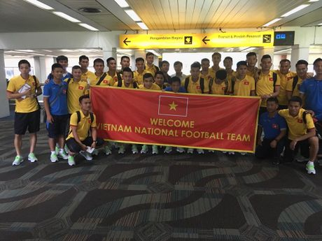 Thay tro HLV Nguyen Huu Thang cap ben Indonesia - Anh 1