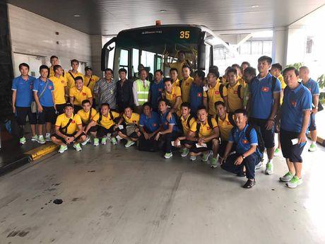 Thay tro HLV Nguyen Huu Thang cap ben Indonesia - Anh 2