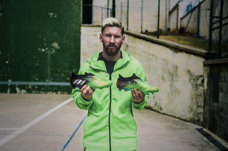 Lionel Messi nhan doi giay 'hoan hao' tu nha tai tro - Anh 1