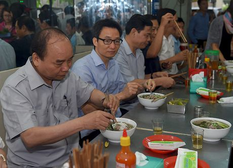 Thu tuong lam thuc khach tai quan an duong pho TP.HCM - Anh 1