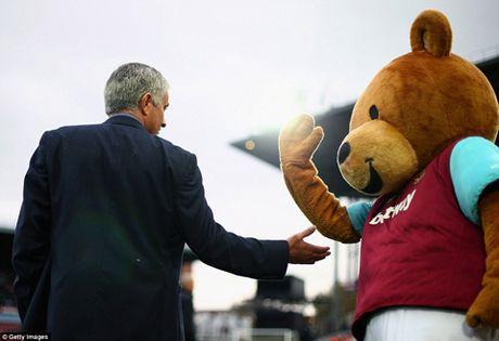 Nhung khoanh khac dep nhat giua HLV va linh vat truyen thong tai Premier League - Anh 6