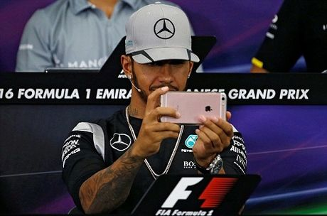 Lewis Hamilton gay soc khi nghich Iphone trong suot cuoc hop bao - Anh 2