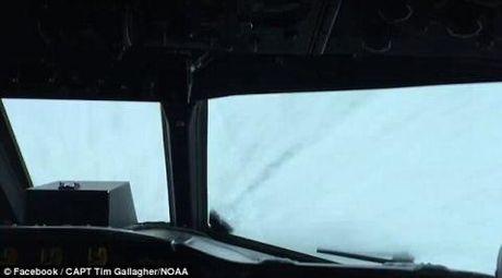 Clip: P-3 Orion cai tien bay vao tam bao mat quy Matthew - Anh 3
