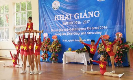 Ky luc gia Olympic Hoang Xuan Vinh giao luu cung hoc sinh Truong The thao Thieu nien 10-10 - Anh 1
