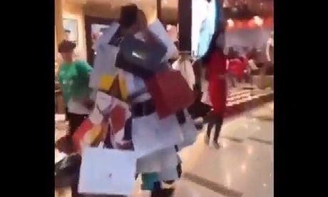 Khi lo yeu phai 'gau' cuong shopping - Anh 1