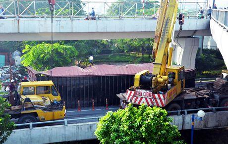 Xe container lat ngang cau trung tam o Sai Gon - Anh 1