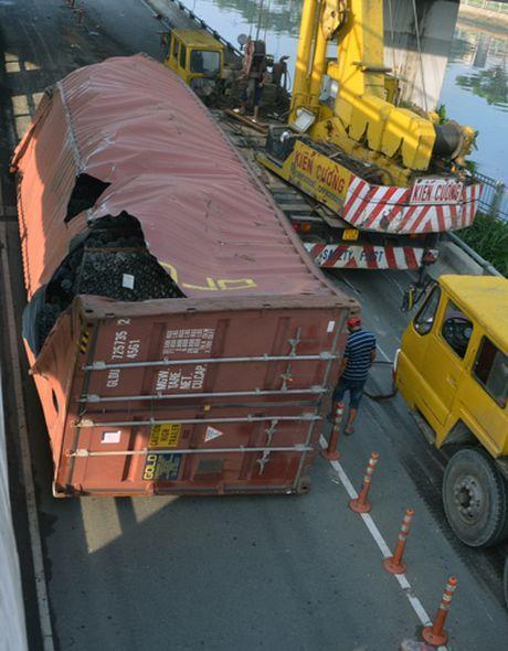 Xe container lat ngang cau trung tam o Sai Gon - Anh 2