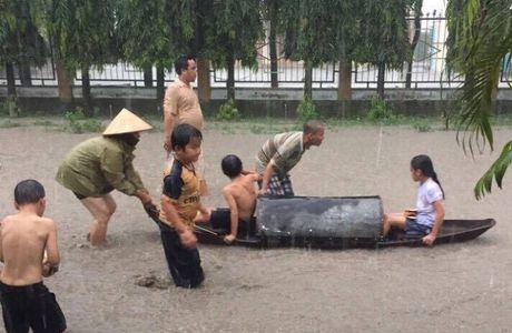 Cheo thuyen tren tinh lo tai Binh Duong: Chinh quyen 'hua' se xu ly va khac phuc trinh trang ngap lut - Anh 2