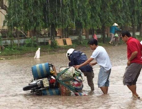 Cheo thuyen tren tinh lo tai Binh Duong: Chinh quyen 'hua' se xu ly va khac phuc trinh trang ngap lut - Anh 3