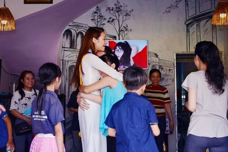 Dien ao dai trang diu dang, Lilly Nguyen van lo ro 'ban chat' that - Anh 10