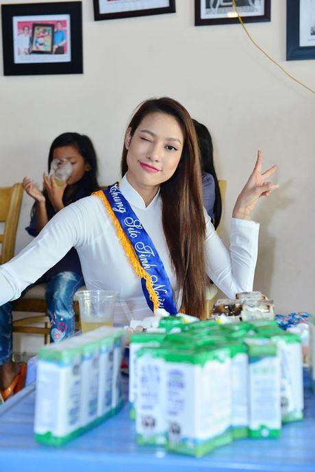 Dien ao dai trang diu dang, Lilly Nguyen van lo ro 'ban chat' that - Anh 2