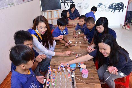 Dien ao dai trang diu dang, Lilly Nguyen van lo ro 'ban chat' that - Anh 3