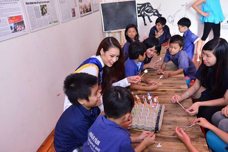 Dien ao dai trang diu dang, Lilly Nguyen van lo ro 'ban chat' that - Anh 4