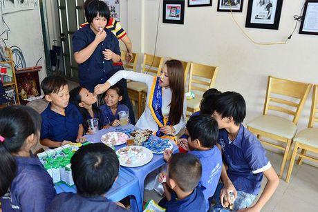 Dien ao dai trang diu dang, Lilly Nguyen van lo ro 'ban chat' that - Anh 5