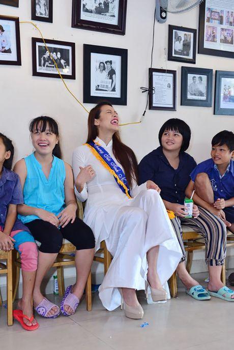 Dien ao dai trang diu dang, Lilly Nguyen van lo ro 'ban chat' that - Anh 7