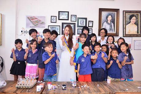 Dien ao dai trang diu dang, Lilly Nguyen van lo ro 'ban chat' that - Anh 9