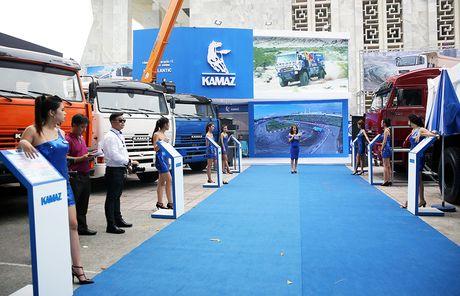 Vietnam Motor Show 2016: Nhung vu nu ben dan xe Kamaz - Anh 1