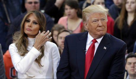 Vo Donald Trump 'bi xuc pham' vi binh luan tho tuc nhung van benh chong - Anh 1