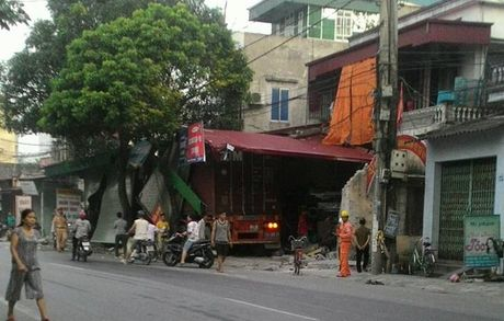Hai Duong: Kinh hoang xe container mat lai, tong xuyen 4 nha dan - Anh 2
