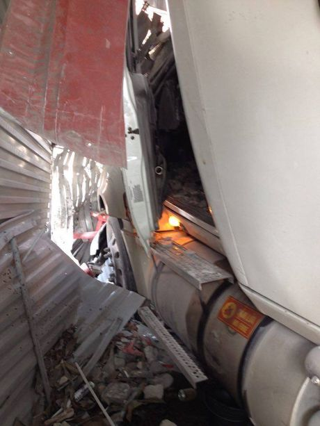 Hai Duong: Kinh hoang xe container mat lai, tong xuyen 4 nha dan - Anh 4