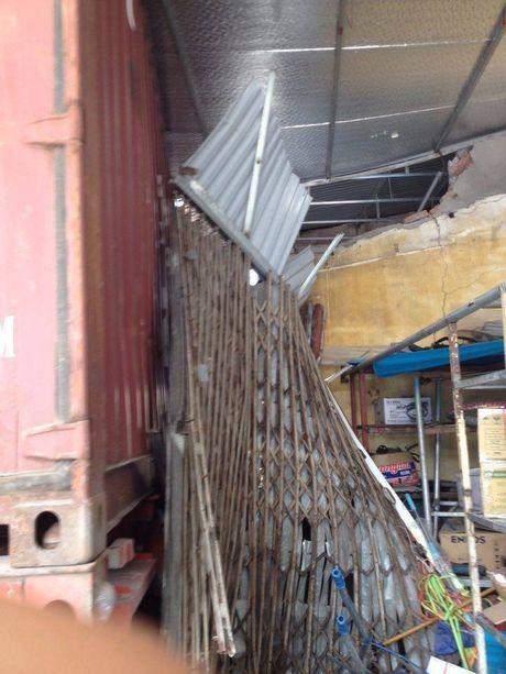 Mat lai, xe container dam xuyen 4 nha dan song ven duong - Anh 1