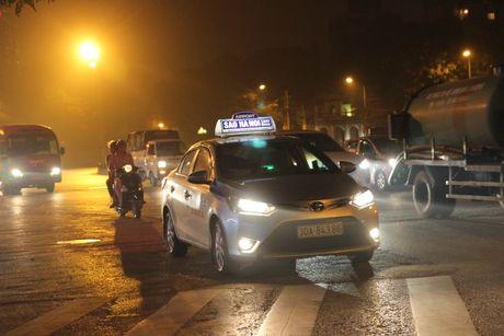 Sau vu tai xe taxi bi cua co tren pho Ha Noi: Lai xe lo khi chay dem - Anh 1