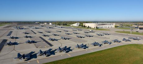 Xem 32 chiec F-22 chay bao Matthew don ve 1 san bay - Anh 1