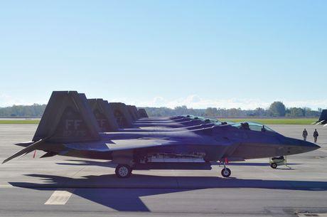 Xem 32 chiec F-22 chay bao Matthew don ve 1 san bay - Anh 4
