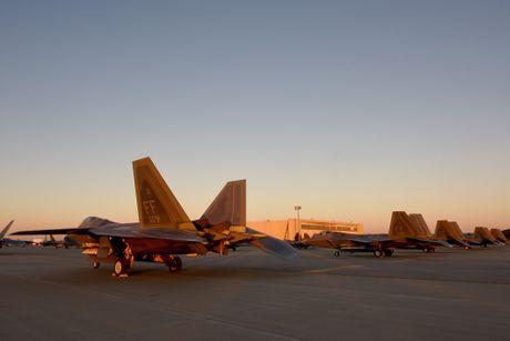 Xem 32 chiec F-22 chay bao Matthew don ve 1 san bay - Anh 5