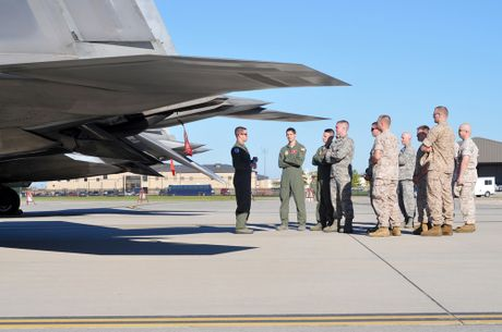 Xem 32 chiec F-22 chay bao Matthew don ve 1 san bay - Anh 6