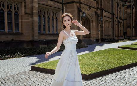 'Nu hoang noi y' Ngoc Trinh khoe vong 1 goi cam tai Australia - Anh 8