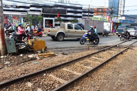 Thanh nien lao vao tau hoa dang chay tu vong tai cho - Anh 1