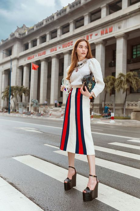 Ha Ho tiep tuc be nguyen 'vali Gucci' tham gia trien lam lon nhat Chau A - Anh 1
